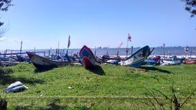 Barco de pesca en el borde de la playa Foto de archivo