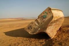 Barco de pesca en el desierto Imagen de archivo libre de regalías
