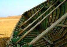 Barco de pesca en el desierto Foto de archivo libre de regalías