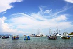 Barco de pesca en el embarcadero Fotografía de archivo libre de regalías