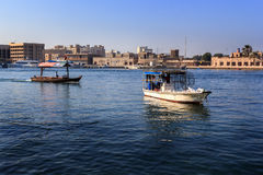 Barco de pesca en el golfo de Dubai Creek Fotos de archivo