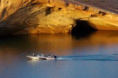 Barco de pesca en el lago imagenes de archivo