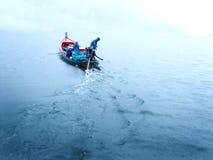 Barco de pesca en el lago azul Foto de archivo
