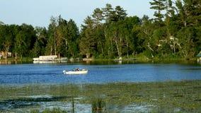 Barco de pesca en el lago grande turtle en Minnesota septentrional cerca de Bemidj metrajes