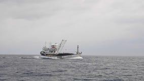 Barco de pesca en el mar almacen de metraje de vídeo