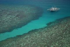 Barco de pesca en el mar Imagen de archivo libre de regalías