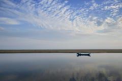Barco de pesca en el mar Foto de archivo libre de regalías