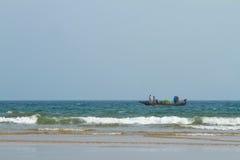 Barco de pesca en el mar fotos de archivo