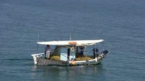 Barco de pesca en el mar cerca del skala Marion Thassos Grecia almacen de metraje de vídeo