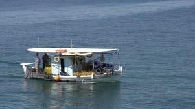 Barco de pesca en el mar cerca del skala Marion Thassos Grecia almacen de video