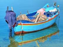 Barco de pesca en el mar claro. Fotografía de archivo