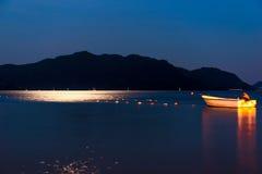 Barco de pesca en el mar de la noche foto de archivo