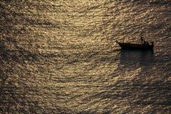 Barco de pesca en el mar de Tailandia imagen de archivo