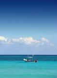 Barco de pesca en el mar del Caribe Foto de archivo libre de regalías