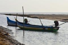 Barco de pesca en el mar donde pescando el fondo y los contextos del área del remanso imagenes de archivo