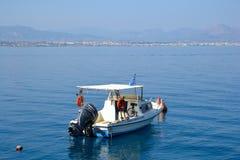 Barco de pesca en el mar jónico imagen de archivo libre de regalías