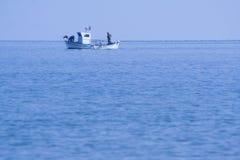 Barco de pesca en el mar Mediterráneo foto de archivo