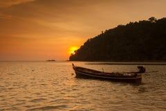 Barco de pesca en el mar en el tiempo crepuscular Foto de archivo