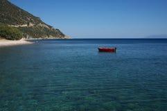 Barco de pesca en el océano azul fotografía de archivo libre de regalías