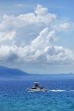 Barco de pesca en el océano azul profundo en la República Dominicana Imágenes de archivo libres de regalías