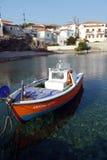 Barco de pesca en el pueblo griego foto de archivo libre de regalías