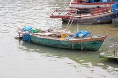 Barco de pesca en el pueblo pesquero en Tailandia Imagen de archivo