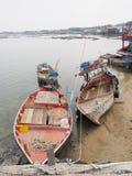 Barco de pesca en el pueblo pesquero en Tailandia Fotos de archivo libres de regalías