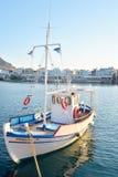 Barco de pesca en el puerto de Limenas Chersonisou fotografía de archivo libre de regalías