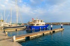 Barco de pesca en el puerto de Puerto Calero Imágenes de archivo libres de regalías