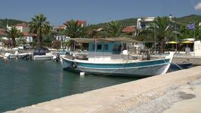 Barco de pesca en el puerto del kallirachi del skala, Thassos Grecia almacen de video