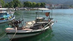 Barco de pesca en el puerto Limenas, ciudad de Thassos, Grecia metrajes