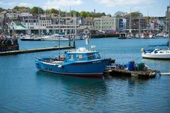 Barco de pesca en el puerto, Plymouth, el 23 de mayo de 2018 imagenes de archivo