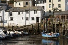 Barco de pesca en el puerto de Polperro, Cornualles, Reino Unido Foto de archivo