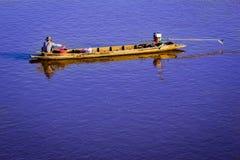 Barco de pesca en el río Imagenes de archivo
