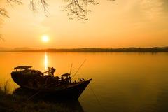 Barco de pesca en el río Imagen de archivo libre de regalías