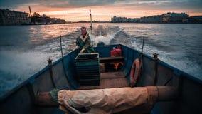 Barco de pesca en el río almacen de video