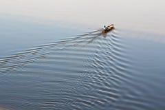 Barco de pesca en el río de la luna por la mañana Fotografía de archivo libre de regalías
