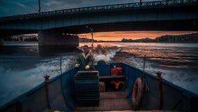Barco de pesca en el río del neva almacen de metraje de vídeo