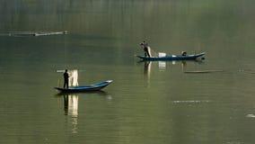 Barco de pesca en el river imagenes de archivo