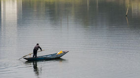 Barco de pesca en el river fotografía de archivo
