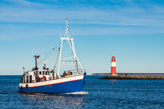 Barco de pesca en el topo en Warnemuende Foto de archivo libre de regalías