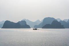 Barco de pesca en la bahía de Halong Imagen de archivo