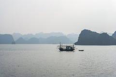 Barco de pesca en la bahía de Halong Fotografía de archivo libre de regalías