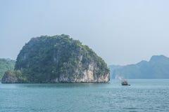 Barco de pesca en la bahía de Halong Foto de archivo libre de regalías