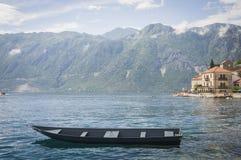 Barco de pesca en la bahía del kotor Montenegro imágenes de archivo libres de regalías