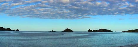 Barco de pesca en la bahía (panorámica) Imágenes de archivo libres de regalías