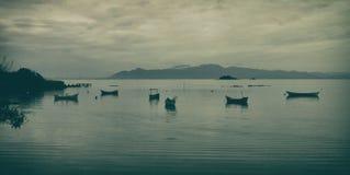 Barco de pesca en la bahía en un día gris imagen de archivo libre de regalías