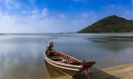 Barco de pesca en la isla de Koh Samui en Tailandia fotografía de archivo