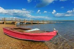 Barco de pesca en la orilla Cerca del puente Imagenes de archivo
