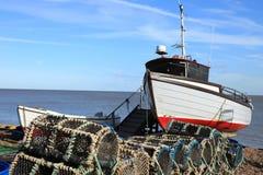Barco de pesca en la playa Imagen de archivo